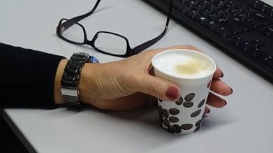 Hand Marleen met koffiebeker